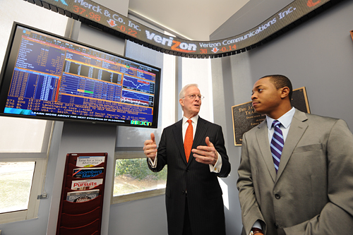 Robert B. Willumstad '05 (Hon.) with a student in the Trading Room.